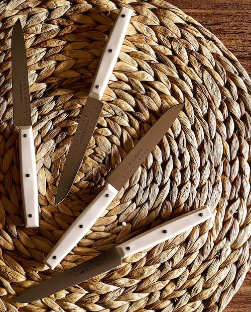 Klassiska köttknivar med rejäla handtag och blad i rostfritt stål.
