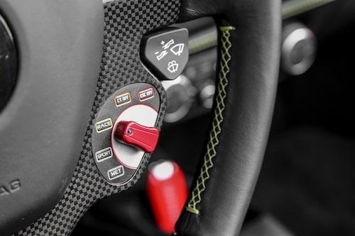 Manettino-vredet på ratten ändrar bilens karaktär. På halt underlag är Wet-läget extremt nödvändigt.