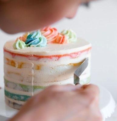 En tårta i regnbågens färger kan man bara bli glad av.