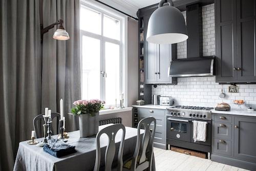 För att varje centimeter skulle utnyttjas maximalt valde Linda och Claes att rita köket själva. Sedan tillverkades det av ett lokalt snickeri. Bänkskiva av carraramarmor. Spis Bertazzoni, fläkt Fjäråskupan och rejäl taklampa Bell, Normann Copenhagen. Mässingshandtag från Specialbeslag.