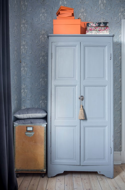 Det grå skåpet, som tidigare stod i en fransk skolsal, döljer i dag kontorsprylar. Trälådan kommer från ett tvätteri och fungerar fortfarande som tvättkorg.