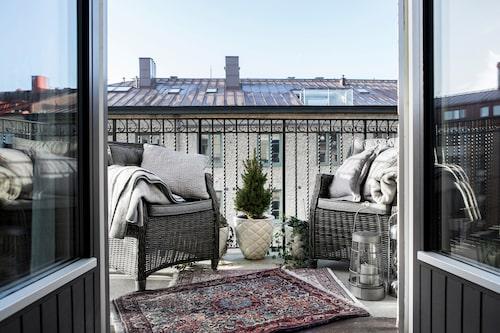 Läget högst upp i huset ger hemmet ljus och bästa balkongläge. Rottingfåtöljer Kingstone, från Parasoll.
