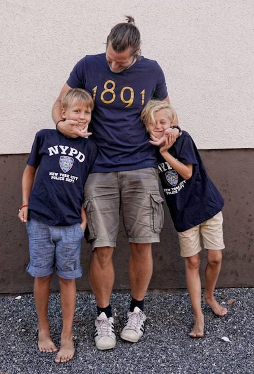 Martin Melin tillsammans med sönerna Felix och Charlie.