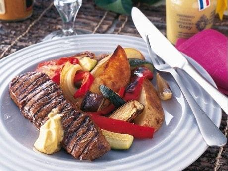 Grillat kött, ugnsbakade grönsaker och grillolja