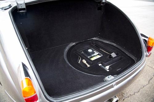 Reservhjulet har fått ge plats för ett modernt  verktygskit och en punkteringskompressor.