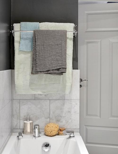 Inbyggt badkar från Duravit med blandare Tapwell BI040. Tvålpump Deco design av Bernadotte & Kylberg, Åhléns. Borste, tvättsvamp och mintgrönt badlakan, Badrummet. Akvablå
