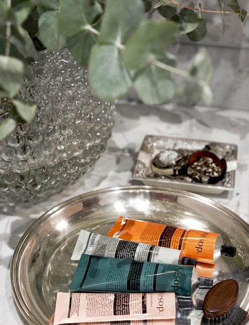 Vas Dagg av Carina Seth Andersson, Svenskt tenn. Silverfat från Afrodite antik med diverse Aesopprodukter och en nagelborste från Badrummet.