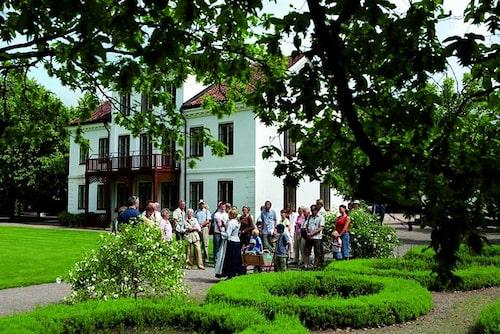 Vandring i Fredrikdals parker och trädgårdar.