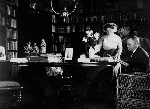 Gisela och Oskar Trapp i biblioteket på Fredriksdals herrgård ca. 1910.