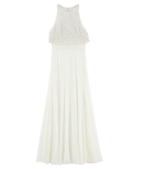 Med ett pärlbestrött liv och markerad midja kan vi riktigt föreställa oss den här brudklänningen virvlai brudvalsen. Priset är1284 kronor.