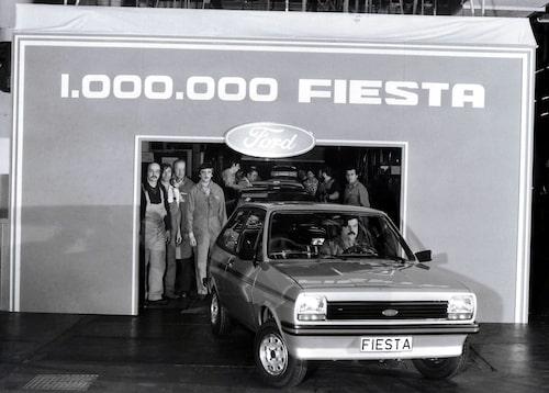 Titta så glada, eller inte, fabriksarbetarna hos Ford i Köln är när de just avslutat arbetet med Fiesta nummer en miljon den 9 januari 1979.