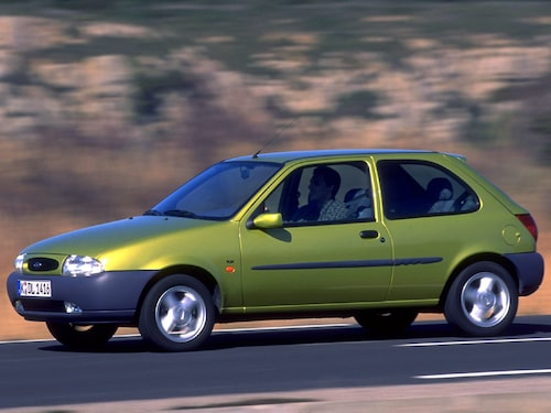 Generation fyra, som kom 1995, är den till utseendet klart tråkigaste Fiestan, men den blev lite snyggare när den uppdaterades 1999.