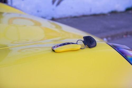 Snygg nyckel i samma gula färg kostar 3900 kronor. Och då är den inte ens gjord i guld.