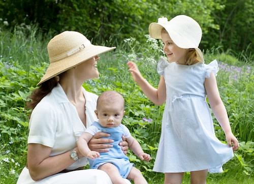 Kronprinsessan Victoria, prins Oscar och prinsessan Estelle i trädgården utanför Haga slott på nationaldagen.