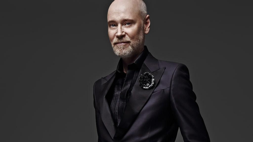 Lars Wallin släpper en scarf i samarbete med Bröstcancerförbundet.
