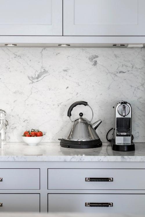 Köket från Himlekök är platsbyggt i trä och marmor. Vattenkokare Alessi och Nespresso espressomaskin.