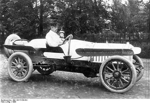 Året är 1908 och vi ser August Horch sittandes i en Horch Typ 11/22 PS.