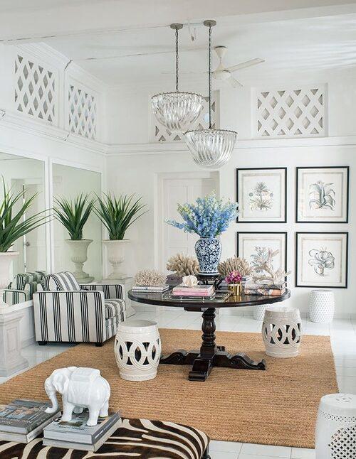 På hallbordet ligger några av Ninas älskade koraller; en blåvit urna fungerar som vas. På golvet vita kinesiska keramikpallar. De grafiska bladen med plantmotiv är från Ninas butik, Bungalow 55, thebungalow55.com.