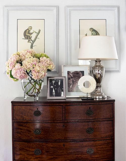 På sovrummets antika byrå, från Ninas föräldrahem, ryms några familjebilder i silverramar. I vasen står en bukett rosa hortensior, en av Ninas favoritblommor.