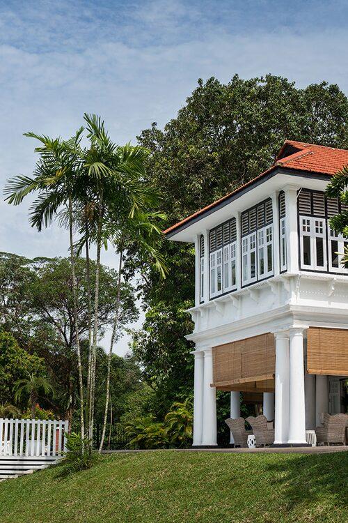Det resliga huset ligger inbäddat i tropisk grönska. Jalusierna rullas ned både när solen värmer för bra och när himlen öppnar sig för de återkommande skyfallen.