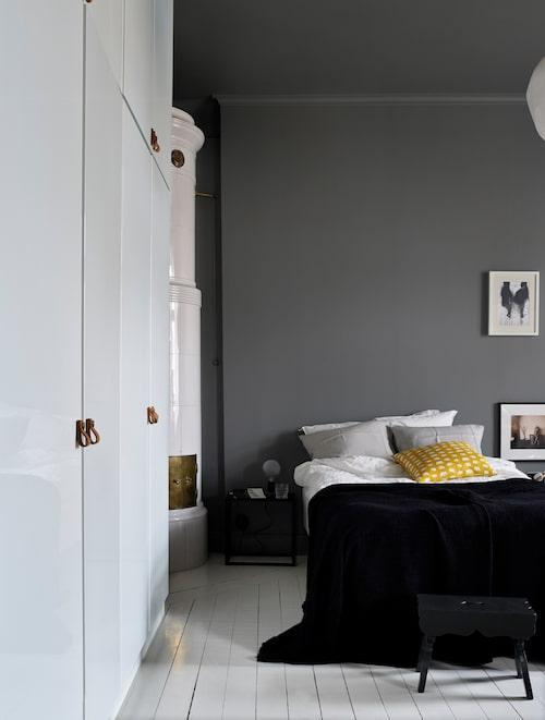 I rummet finns en hel garderobs vägg och kakelugn. Väggfärg Grådis, Alcro. Sängkläder från Åhléns, elefantkudde, Svenskt tenn.