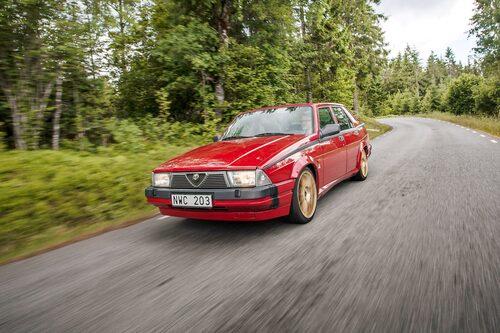 På 1980-talet var bildesigntrenderna alltifrån tvålkoppsrund till bastuaggregatfyrkantig. Alfa 75 är markerat boxig i sitt uttryck.
