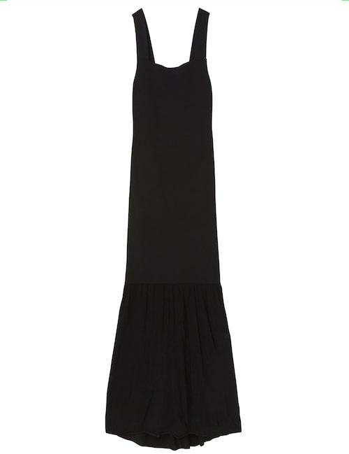 Svart klänning av bomull från Totême. Klicka på bilden och kom direkt till produkten.