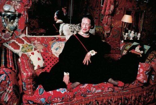 Diana Vreeland iklädd svart kaftan.