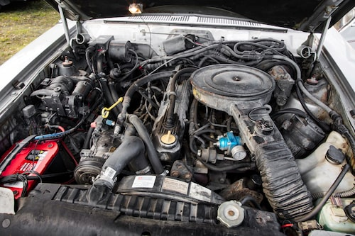 Inte världens vackraste motorrum ens när det är tvättat. En rak sexa i alla fall.