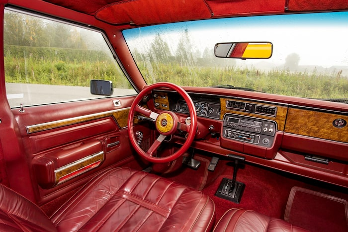 Här var det rött! Stolar, mattor, dörrklädsel och även ratt i samma kulör. Allt detta skärs av med träinlägg. Man kan verkligen inte undgå att gilla den här ratten!