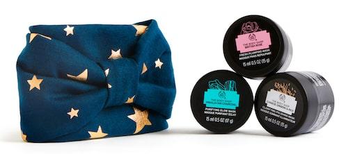 Förutom ansiktsmaskerna innehåller förpackningen ett snyggt hårband. Smart things might get messy masking kit, 175 kr.
