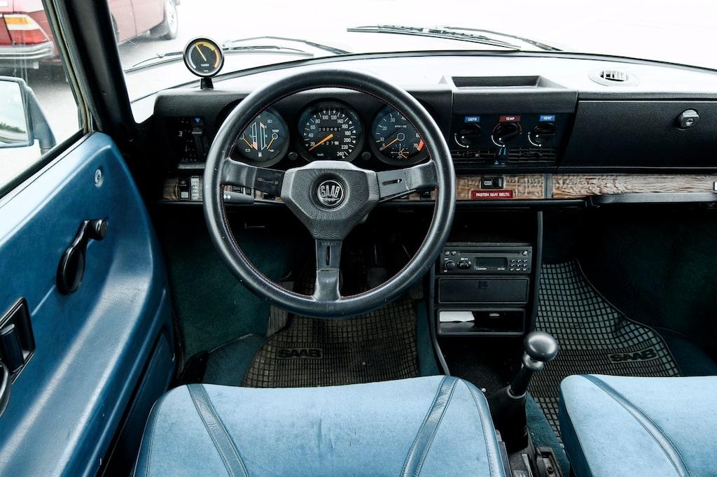 Turbo javisst, men styrservo var det inte tal om. Ändå lyckades Stig Blomqvist ratta en Saab 99 Turbo till seger i Svenska Rallyt 1979. Starkt jobbat Stickan.