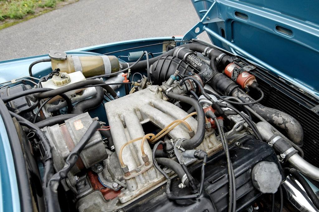 Insugningsrör i aluminium minsann men effekten var för den skull inte mer än 145 hästkrafter. Men det var rätt enkelt att hetsa en turbomotor. Men höll den?