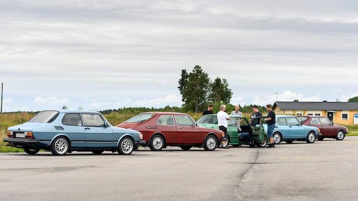 Bilbyte någonstans i Södermanland, troligen inte helt långt borta från Ärla för det är där de bor.