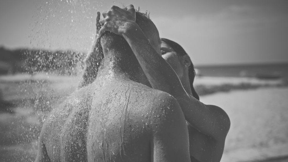 En sexnovell om ett möte med främlingar på en öde strand, av vår sexbloggare Liw.