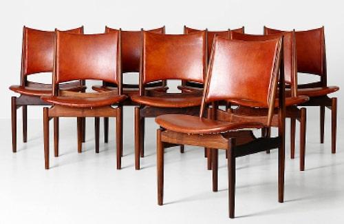Finn Juhls Egyptian chair formgavs 1949, av jakaranda med stoppad sits och rygg klädd i konjaksfärgat originalskinn, åtta stolar klubbade för 640000kr, Stockholms auktionsverk.