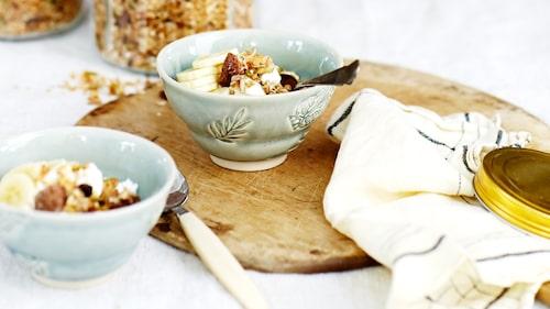 Recept på honungsrostad granola med dinkel, hasselnötter och vanilj.