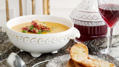 Recept på soppa av rostad pumpa med pancettaströssel och krutonger.