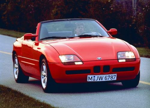 Under huven hade BMW placerat en 2,5-liters rak sexa med 170 hästkrafter som tog bilen från stillastående till 100 km/h på under åtta sekunder. Toppfarten låg på 225 km/h.