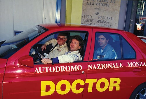 F1-läkaren Sid Watkins i främre passagerarsätet i världens enda Alfa Romeo 155 GTA Stradale under Italiens Grand Prix på Monza 1994, drygt fyra månader efter Ayrton Sennas dödliga krasch på Imola.
