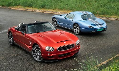 Roadster, cabriolet eller coupé är alternativen. Notera att motorn ligger bakom framaxeln.