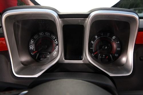 Hastighetsmätaren går att ställa om mellan mph och km/h, men oavsett går den till 180.