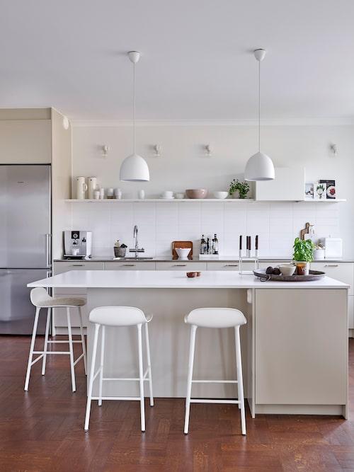 Köket är från Ballingslöv med lättskött och snygg rostfri heltäckande diskbänk. Paret gillar den luftiga känslan utan överskåp. En fläkt som inte tar en massa plats smälter in i inredningen.