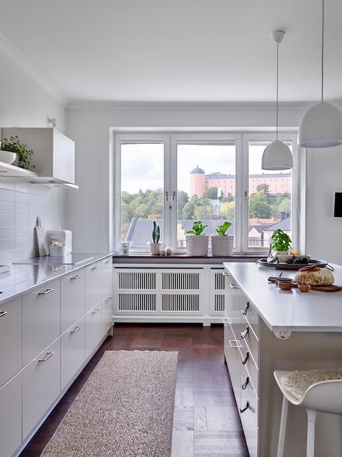 Köksön, med Silestoneskiva, fyller flera funktioner: förvaring, matplats, yta för matlagning och framdukning.