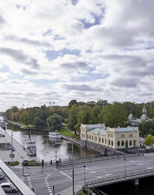 Från balkongen ser man bland annat Fyrisån, gamla Tullhuset och Stadsparken.