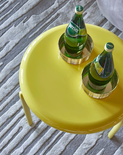 Som en syrlig karamell är det gula bordet från Vitra, 11505kr, Asplund. Coastrar i mässing, 500kr/st, Svenskt tenn, matta Limestone, från 10900kr, Layered.