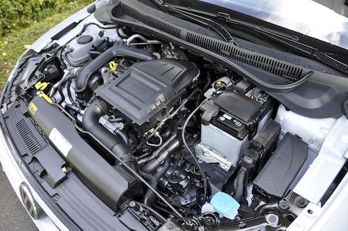 Motorn känns igen, en liten trepip på 999 kubik. Start/stopp-system är numera standard.