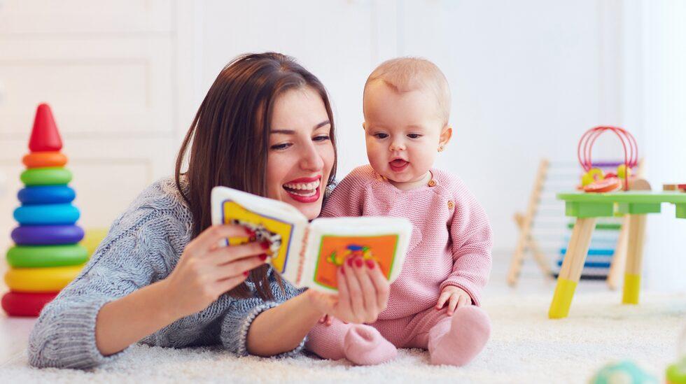 Läsa bok – eller titta på bilder – kan vara spännande.