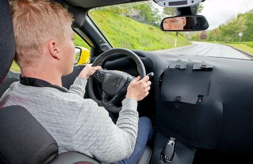 Oskar trivs bakom ratten på nya Corsa. Den är kul att köra!