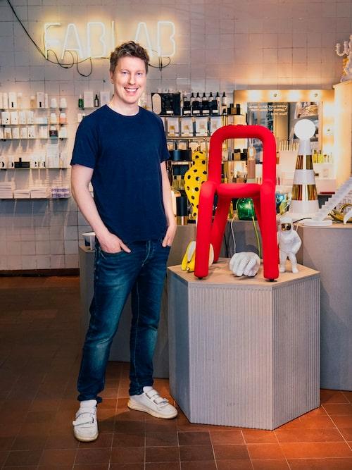 """Johan i sin livsstilsbutik Fablab på Bondegatan 7 i Stockholm. Att han """"blev med butik"""" var mest en slump, nu tycker han att det är jättekul att vara en del av kvarteret och området SoFo i staden som han älskar."""